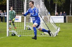 Publikrekordet på Onsjövallen är från 2016, i derbyt mot Skinnskatteberg. Här har William Klasén precis gjort 1–0 i den matchen, som slutade med 3–0-seger för Södra. Foto: Jörgen Hjerpe