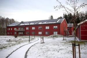 Lägenhetshusen som byggdes för att kunna ta emot elever till motocrossutbildningen har många tomma lägenheter idag.