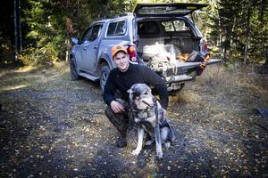 Hundföraren Viktor Åkerlund tillsammans med Jan Frisks älghund Skakelbergets Clay. Clay var framgångsrik den här förmiddagen och spårade upp två älgar.