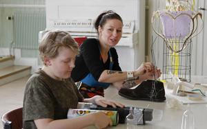 Konstnären Maria Norén uppmanar till att låta barn få vara kreativa.