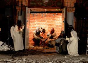 En levande julkrubba i kyrkporten. Det bjöd Missionsförsamlingen på.