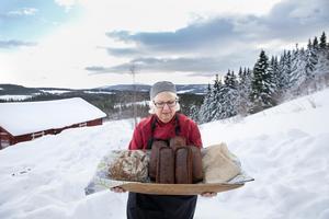 Britt-Marie Mattsson bakar i fjällmiljö.