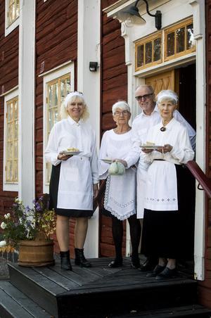Gunvor Leander, Maj Kvarnström, Leif Lindberg och Berit Gatu hälsar välkomna in i Stora Fabriken på Afternoon tea.
