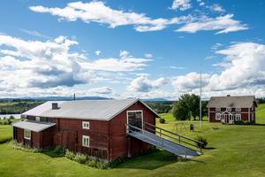 Till gården hör en ladugård och ytterligare ett hus. Foto: Svensk Fastighetsförmedling