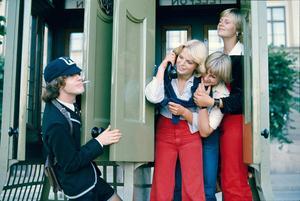 Angus Young i AC/DC möter fans i Sverige 1976, samma år som bandet gjorde den beryktade spelningen i Vinberg.