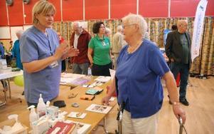Rosemarie Palmkvist är diabetessköterska på Säters vårdcentral. Hon berättar att det är många som vill stickas i fingret för att ta reda på om de har högt blodsocker. Birgit Enochsson var en av dem. Foto: Eva Langefalk/DT