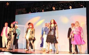 Ett färgstarkt schlagerpotpurri med hela ensemblen avslutar första akten. Foto: Sylvia Kjellberg