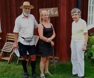 Leif Lorentzon guidade i byn och två som följde med var Titti Säfström från Falun (tv) och Elisabeth Liss från Gagnef.