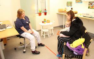 BVC är en viktig del av Valbo hälsocentrals verksamhet. Här är det dags för 18-månaderskontroll för Cornelia Löjdström Lindahl. Hon har kommit hit med mamma Pernilla och ska undersökas av distriktssköterskan Sari Zetterberg.