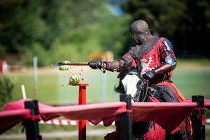 En av tävlingarna var att träffa vattenmeloner med svärd, yxa eller spikklubba.