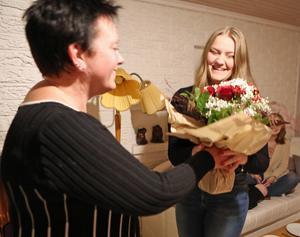 Lovisa Sandvold får blommor från luciaorganisationens Lotta Eriksson.