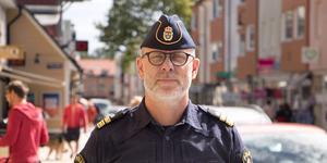 Lokalpolisområdeschefen Björn Cewenhielm menar att Bino Drummonds kritik känns som ett politiskt utspel med den breda penseln.