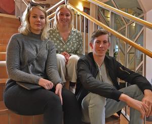 Två veckor som gav perspektiv - Klara Söderqvist (tv) och Carl  Bielsten (th) tillbringade två veckor i Soroti i höstas.  I mitten Felicia Levén, lärare i samhällskunskap och engagerad i vänskapsutbytet.