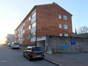 Här bodde Dan Andersson, hyrde ett rum i Carl Larssons gård på Borgmästargatan som revs i början på 1960-talet, nu ett hyreshus och en parkering.