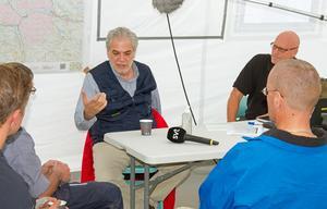 Efter mötet med media fortsatte  Christos Stylianides att prata med brandmän och personal från MSB.