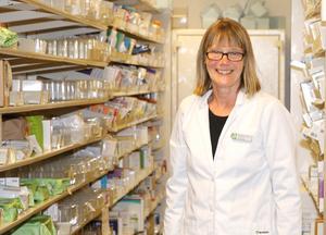 Britt-Marie Allared, som är chef vid apoteket på Universitetssjukhuset, konstaterar att trycket börjar bli högt där. Många pollenallergiker söker hjälp för att lindra sina besvär.