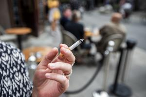 Det är skrattretande att man nu infört rökförbud på uteserveringar, busskurer, med mera,  skriver Leif Nyström.