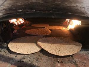 Härligt tunnbröd bakas i Långhed! Den goda smaken får brödet av elden och björkveden. Så vackert och gott. Foto: Margareta Englund