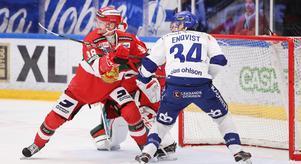 Adam Masuhr i en duell med Leksands Lukas Enqvist under direktkvalet till SHL. Foto: Daniel Eriksson/Bildbyrån