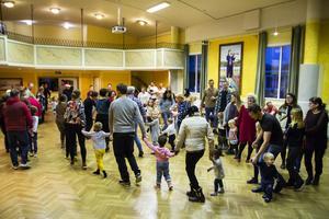 Med sång och dans tog barnen och deras familjer farväl av julen för denna gång.