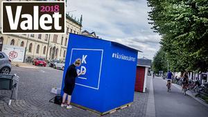Traditionerna kring ett val är viktiga för både politiker och väljare, som här på bilden, där valstugor byggs upp på Stortorget.