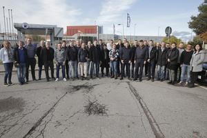 Ett stort antal medarbetare i Ludvika hade i år uppnått veteranstatus och här ses 31 av dem inför avfärden med buss till Västerås.