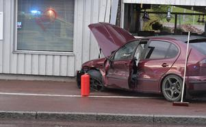 Med kraft gick bilen in i restaurangens hörn.