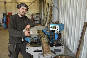 Charles Klaesson jobbar som lastbilsmekaniker på ett åkeri i Näsåker, där han bor med familjen sedan några år.