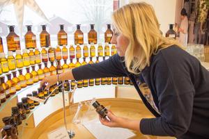 Butikschefen Anna Steijner visar doftproverna som står uppradade i event- och museilokalen i anslutning till Björk and Berries butik i Högbo.