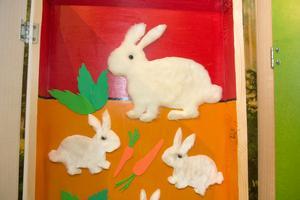 Dörrarna döljer mjuka kaniner att känna på – och en massa annat mysigt och spännande!