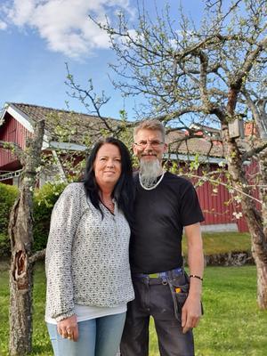 Ingela och Jonny Östberg på sin tomt i Västanbyn. FOTO: Privat