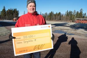 Håkan Norberg var glad och överraskad över gåvan.