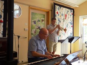 Sommrigt så det förslår på Eken. Solen kikar in genom fönstret och Lukas Johansson trumpet och Anders Bergquist piano underhåller i 45 minuter med sommarmusik. Fotograf Kjell Larsson