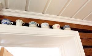 Udda kaffekoppar som prydnad.
