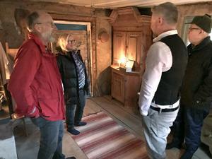 """Johan och Gunnel Färnstrand från Österfärnebo återser möbler som Anders Lindberg köpt av dem då de nyligen sålde en gammal släktgård. Skåpet i bakgrunden är ett exempel. """"Golvets höjd anpassades efter skåpet"""", berättar Anders. Till höger Anders farbror Leif."""