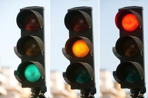Trafiksignaler med kulörta ljus. Foto: TT