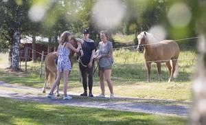 Drömmen vore att få till ett samarbete med kommunen där barn och vuxna som behöver det kan få komma hit och pyssla och koppla av, samtidigt som man lär sig hur det är att ha häst, berättar Jhenny.