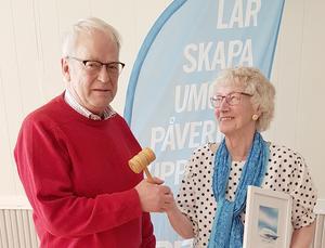 Anita Nordén överlämnade ordförandeklubban till Hans Erixon, när PRO Hede-Vemdalen hade årsmöte. Foto: Åke Nilsson