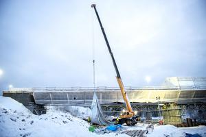 Den 150 meter långa stålkonstruktionen ligger på sin plats. Till veckan ska gjutningen av farbanan påbörjas.