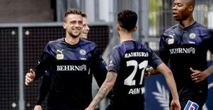 Filip Rogic ler och grattas av Simon Amin efter det som skulle bli segermålet på Gamla Ullevi mot IFK Göteborg.