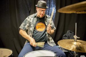 Fredrik Bäck, trummis och kapellmästare, är även upphov till trions namn Fred Peck's.