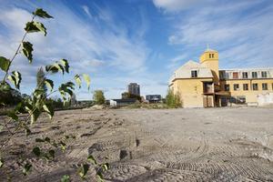K2A ska bygga sina hus längst in på Läkeroltomten, närmast Styrmansgatan. Om markberedningen och kommunens anläggande av vatten, avlopp och gator tillåter vill företaget börja bygga redan i höst.