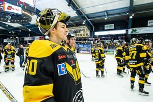 Samuel Ersson efter slutsignalen mot Karlskrona i säsongens sista match - och förmodligen Erssons sista match i VIK. Foto: Maxim Thoré / BILDBYRÅN