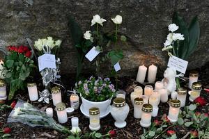 Blommor och ljus vid Ängskolan i Skene, dagen efter olyckan. Bild: Björn Larsson Rosvall / TT