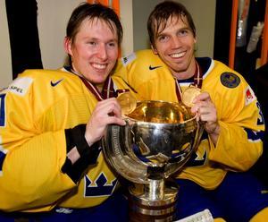 Honken och Micke Samuelsson skiner ikapp med VM-bucklan. Bild: Bildbyrån.
