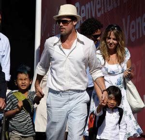 Pappa Brad Pitt med två av sina x-barn, Maddox och Pax.