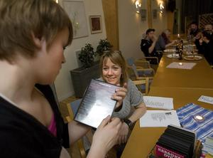 Efter en stunds letande hittar Linn Rode Larsson karaoke-cd:n med Linda Bengtzings hit