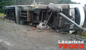 Lastbilens släp hamnade i diket.