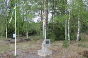 Minnesmärket ligger precis intill länsväg 301 i Homna, en dryg mil väster om Edsbyn.