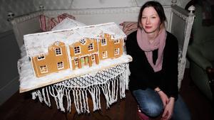 Elin Seger visar upp sitt pepparkakshus föreställande Elsa Andersons konditori.